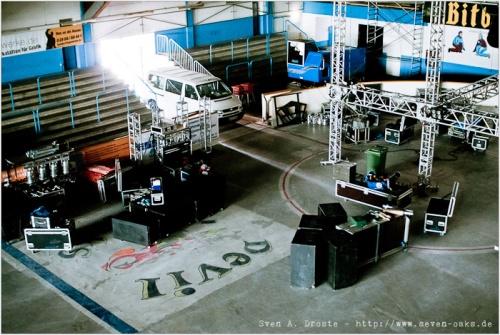 Nach und nach stapelt sich um die Bühne herum das Equipment.
