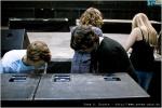 Die Boxen in der Bühnenmitte werden verkabelt.